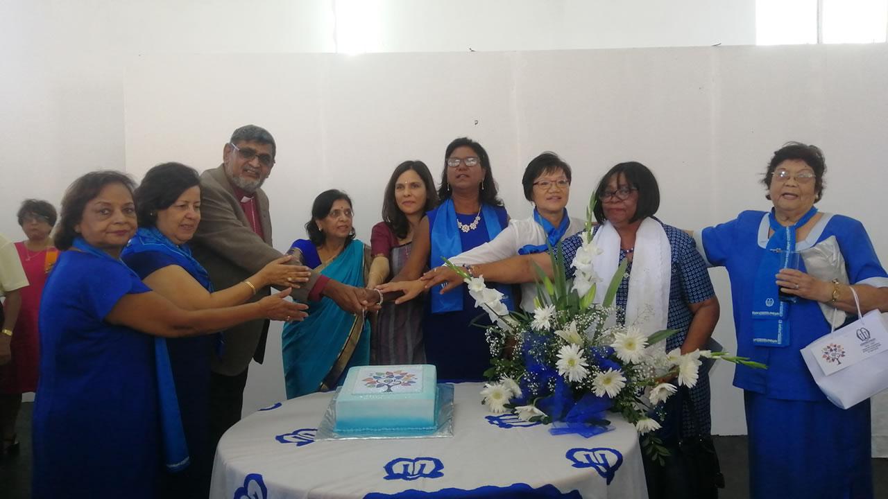 Lady Sarojini et Kobita Jugnauth coupant le gateau des 95e anniversaire en compagnie des membres de la Mothers' Union et Mgr Ian Ernest.
