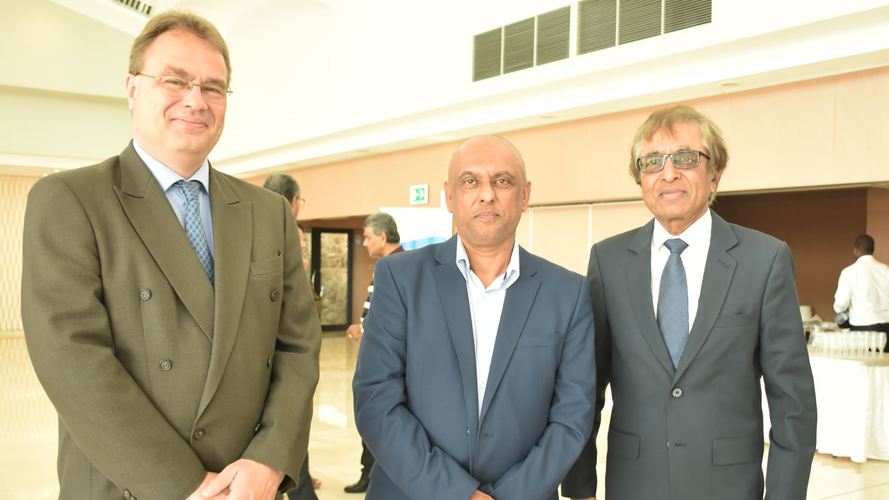 Joep Ellers, Head of Airlines Marketing Pacific and Sub-Saharan de Airbus Industries, Mohamed Jeetoo, Travel & Tourism Consultant, et le ministre du Tourisme Anil Gayan.