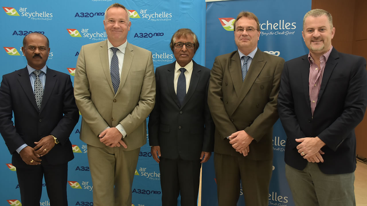 Siven Chellen, Deputy Chief Executive Officer d'Airports of Mauritius, Remco Althuis, Chief Executive Officer d'Air Seychelles, Anil Gayan, ministre du Tourisme, Joep Eller, Head of Airlines Marketing Pacific and Sub-Saharan de Airbus Industries et Charles Johnson, Chief Commercial Officer de Air Seychelles.