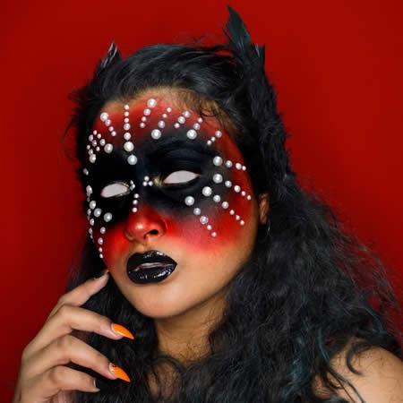 Elle se spécialise dans le maquillage artistique.