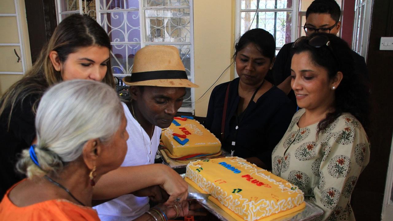 Une résidente du Gayasingh Ashram a également célébré son anniversaire le samedi 13 avril. Elle a eu droit à un gâteau.