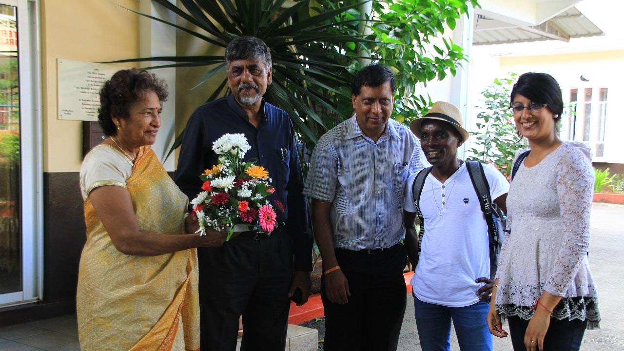 Les représentants du Gayasingh Ashram, dont la directrice et le Chairman, ont remis un bouquet de fleurs à Radio Plus, représentée par Caroline et Ton Simon.