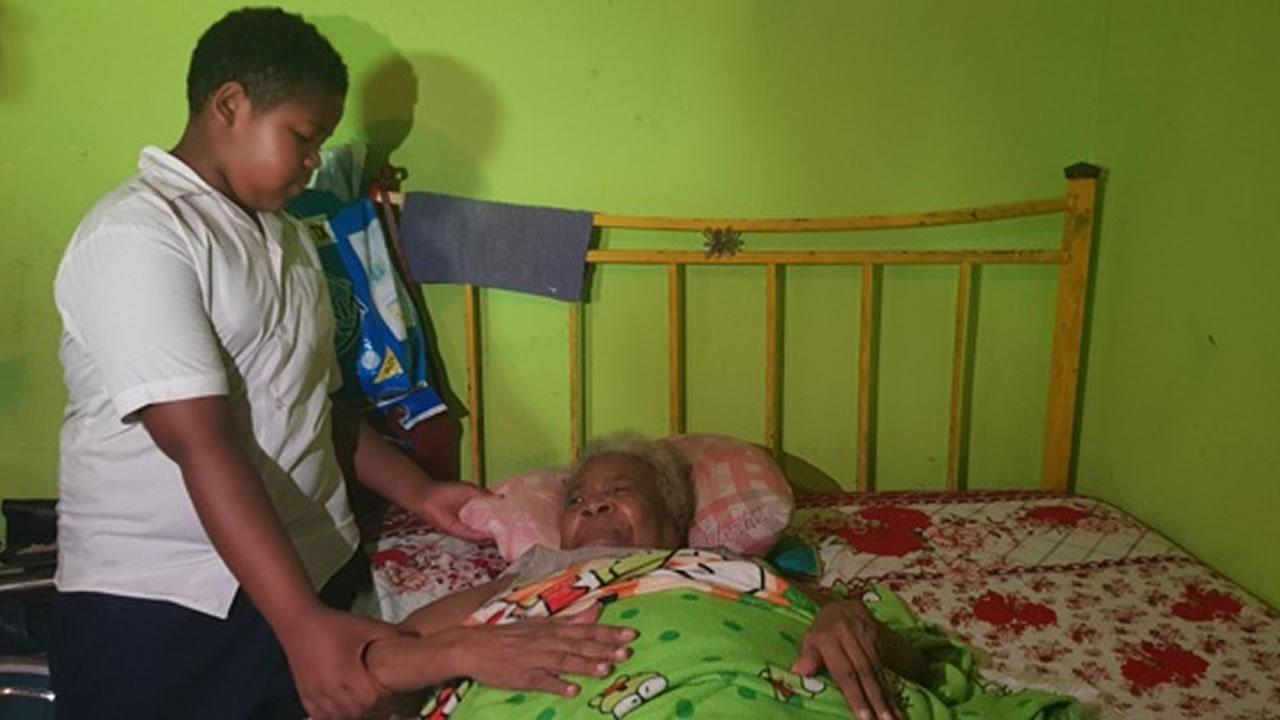 Son petit-fils Yan l'aide de temps à autre.