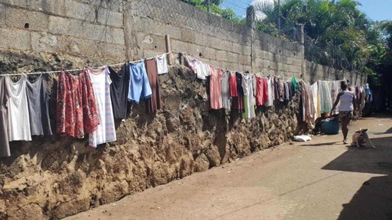 Le linge sèche dans la rue, car il n'y a pas de place dans les cours.
