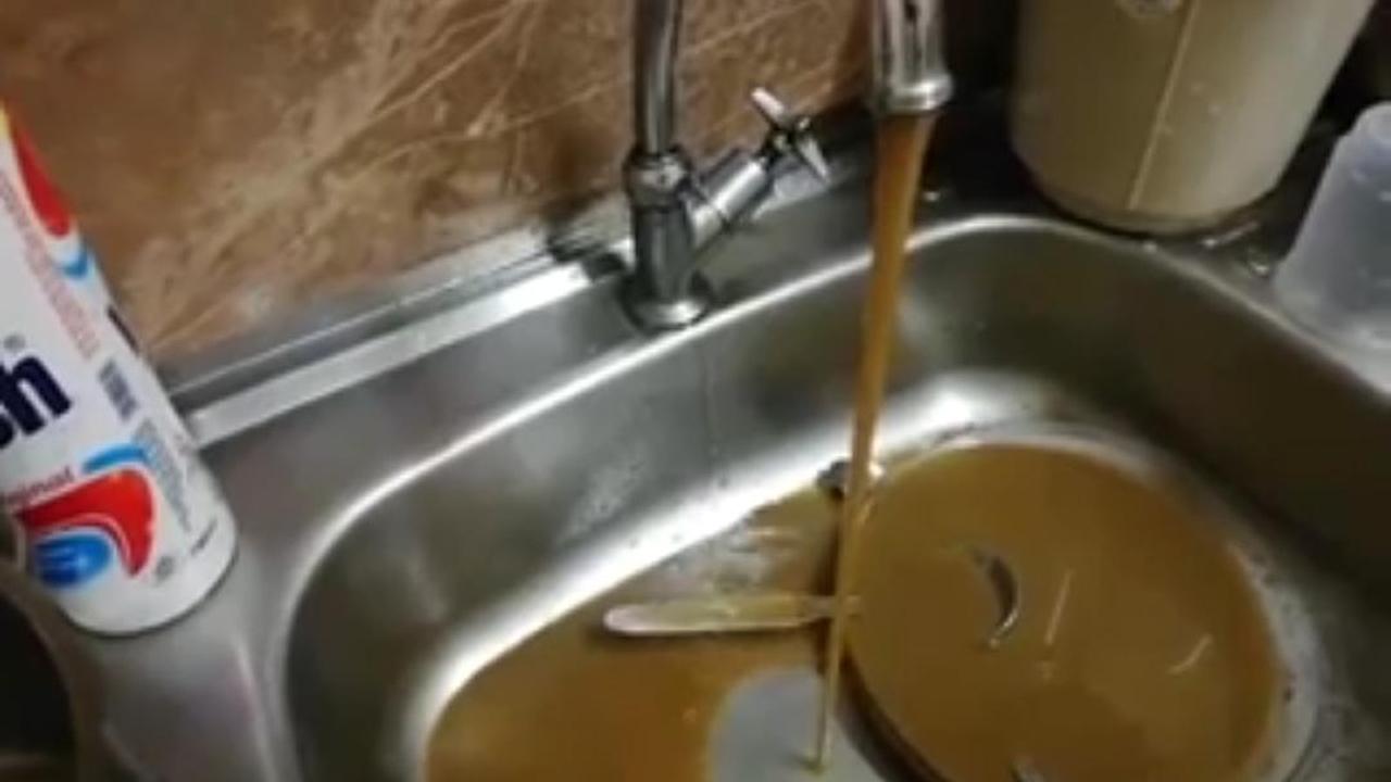 L'eau boueuse coulant des robinets.