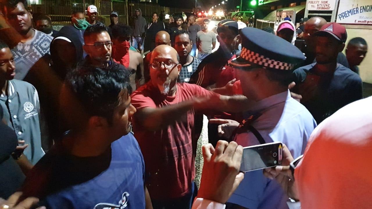 Ashok Subron parlementant avec les policiers.