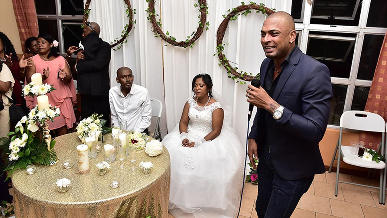 Surprise : Mr Love et d'autres artistes, tels que Cindia Amerally, ont chanté pour le couple.