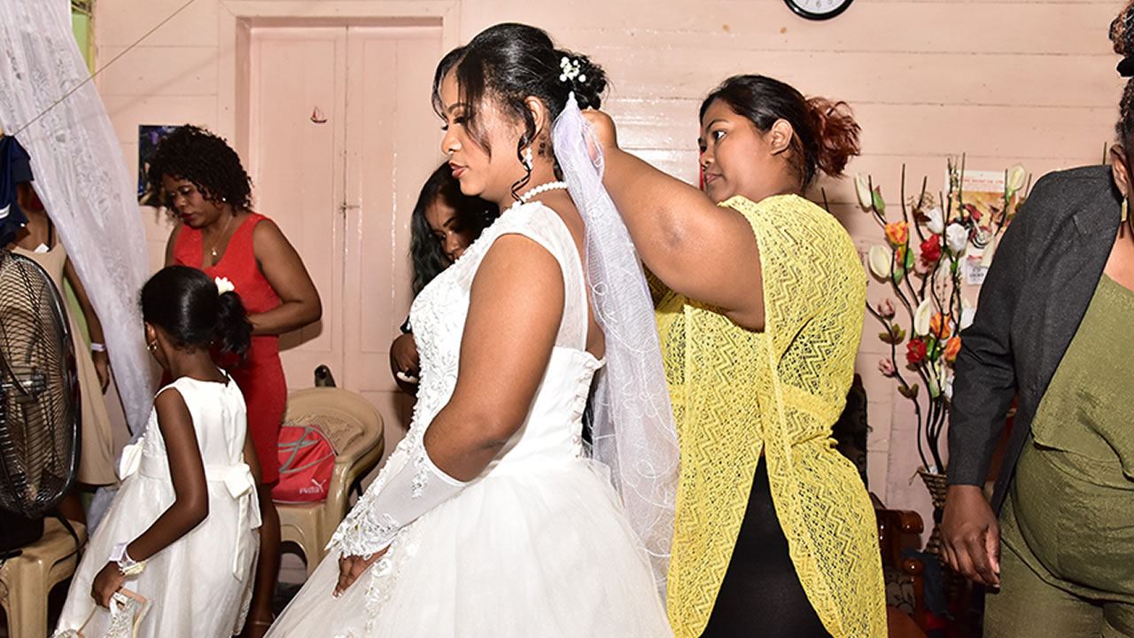 C'est Chic and Posh Beauty Lounge & Academy qui a embelli la mariée, tandis que la robe a été offerte par Fashion Studio, les chaussures par le magasin Adamson et les bijoux par Jade Création.