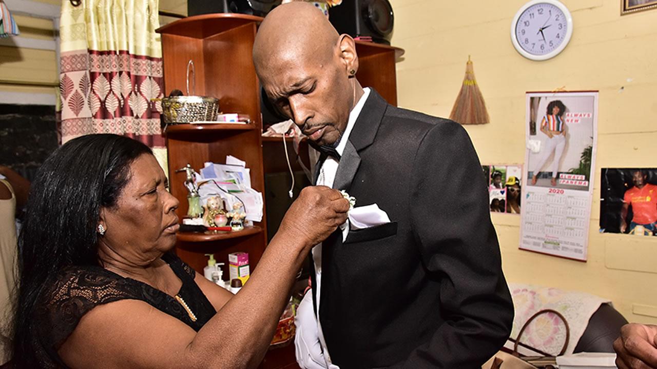 Pour la deuxième fois, Sen's Collection a offert un costume en 24 heures, après l'appel à l'aide de Radio Plus. La mesure a été prise pendant que Westley était hospitalisé. Bella Dona lui a offert les chaussures.