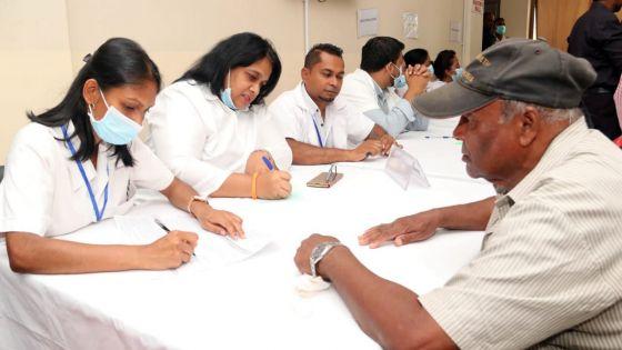COVID-19 :1 635 personnes vaccinées en un jour, incluantdes Senior Citizens