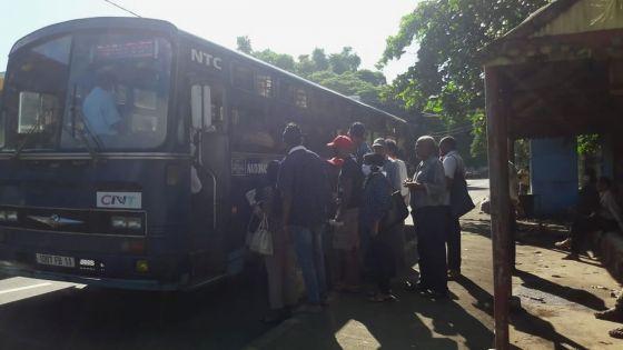 Sur un arrêt d'autobus à Pamplemousses : le «social distancing»  pas respecté
