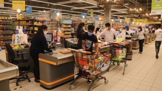 [En images] Réouverture des supermarchés, supérettes et boutiques : des longues files d'attente