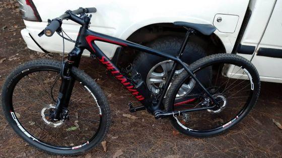 Vol d'un vélo valant Rs 90 000 : trois suspects arrêtés, le deux-roues retrouvé