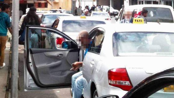 Tout-à-l'égout obstrué à Port-Louis : des eaux usées incommodent passants et chauffeurs de taxi