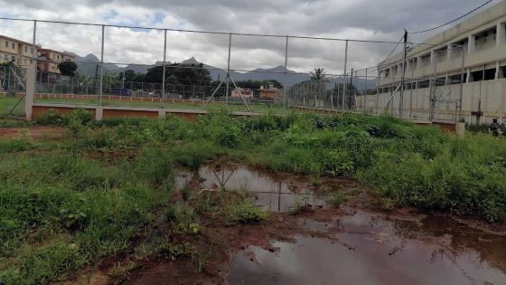 Un terrain de foot à l'abandonà Baie-du-Tombeau