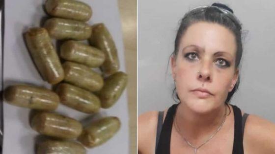 Saisie de Rs 5,4 millions d'héroïne à l'aéroport de Plaisance : une Sud-africaine laisse tomber une boulette de drogue par accident
