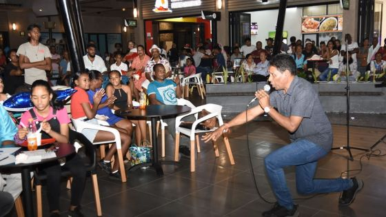 Radio Plus Karaoke Competition : l'inspecteur Boojhawon enchante le public au Bo'Valon Mall