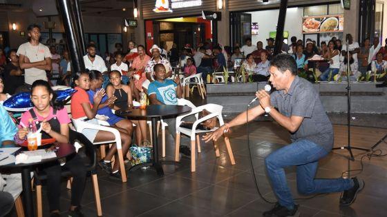 Radio Plus Karaoke Competition : l'inspecteur Boojhawon enchante le public au Bo'Valon Mall