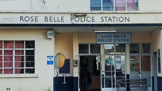 Me Hishaam Oozeer agressé devant le poste de policede Rose-Belle