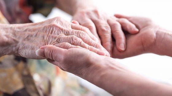 La mère atteinte de Parkinson et d'Alzheimer : les enfants ont du mal à créer un compte-conjoint