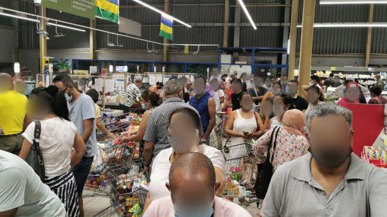 Des Mauriciens se préparent en cas d'un reconfinement : ruée vers les supermarchés samedi soir