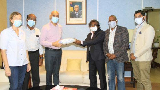 Covid-19 - Siven Selloyee fait don de 5000 masques au ministère de la Santé
