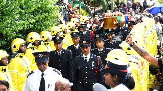 Funérailles de Désiré L'Enclume : une haie d'honneur de ses collègues pompiers pour l'ancien footballeur