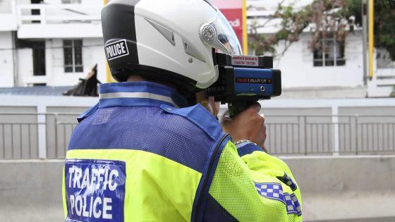 Amende pour excès de vitesse : un auditeur aide un contrevenant à payer une amende de Rs 10 000
