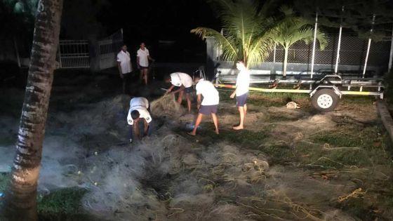 Trou-aux-Biches : opération de saisie de senne par les garde-côtes, des pêcheurs recherchés