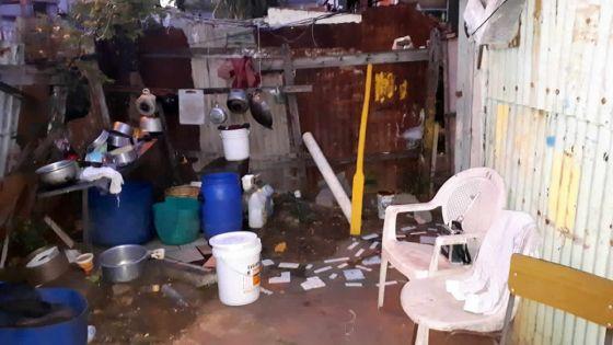 En attendant un logement NHDC : elle vit dans une maison en tôle à la lueur d'une bougie