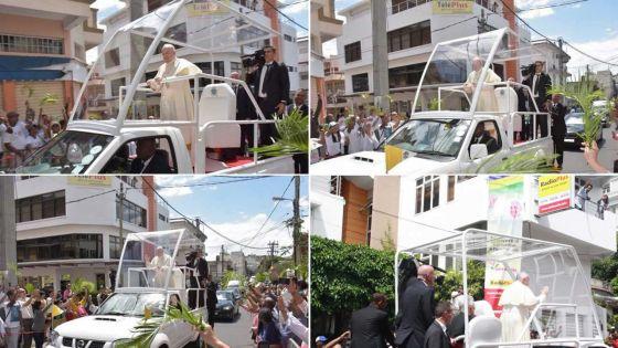 Le Pape François passe devant les locaux de Radio Plus