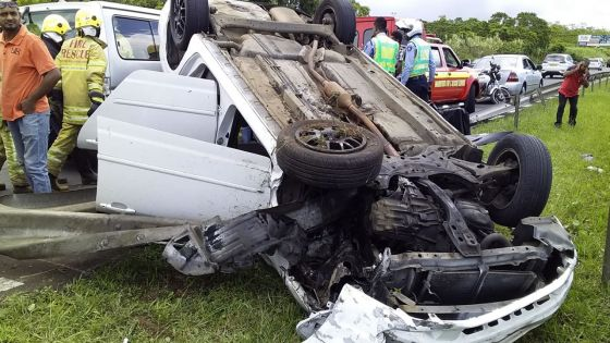 Wooton : une voiture se retrouve les quatre roues en l'air après une sortie de route