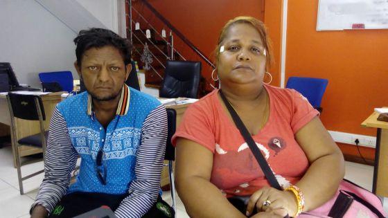 Un couple avec des enfants cherche de l'aide