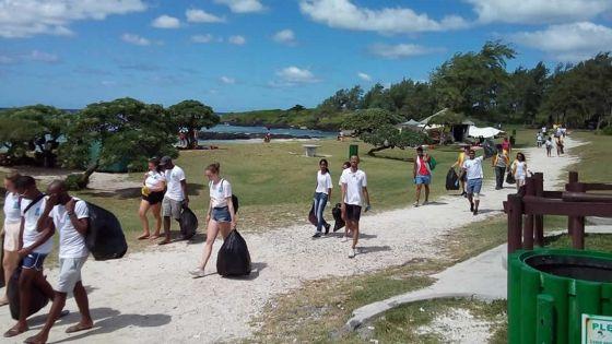 Nettoyage à la plage de La Cambuse : 150 kilos de déchets enlevés par les Leo