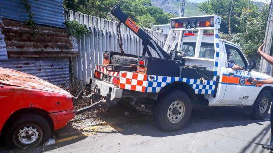 À Forest-Side : des voitures abandonnées obstruent la circulation