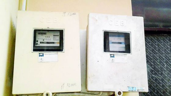 Le contrat de la maison n'étant pas à son nom : il est privé d'électricité et ne peut échanger le vieux compteur du CEB
