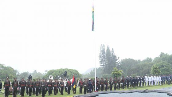 Fête nationale 2020 : une cérémonie de leverdu drapeau sous la pluie
