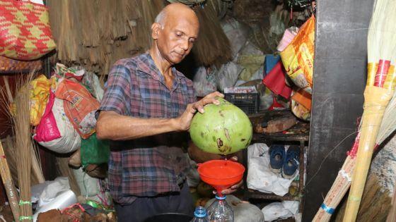 Le marchand de coco au Marché central de Port-Louis : boire zot dilo coco