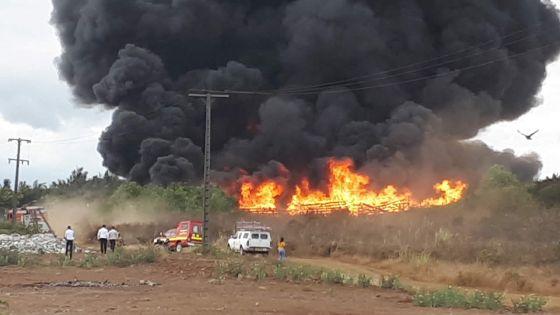 À Goodlands : un entrepôt du CEB ravagé par les flammes