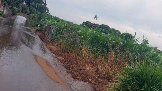 À Pont Praslin, Pamplemousses : l'eau fuit toujours après la plainte à la CWA