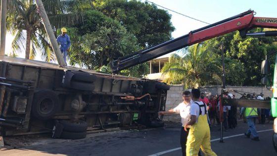 Accident spectaculaireà Roche-Bois - Un camion frigorifique percute un mur : deux blessés