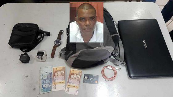 Un touriste belge dépouillé de son sac : les objets volés récupérés par la police