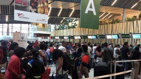 COVID-19 : le personnel de l'aéroport opèresans équipements de protection
