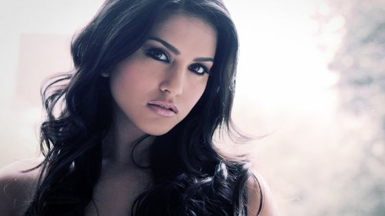 Sunny Leone vole en aide à son employé malade