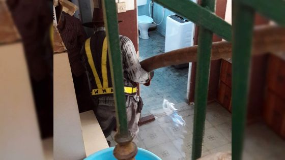 Problème de tout-à-l'égout : une maison inondée d'eaux usées en l'absence des occupants