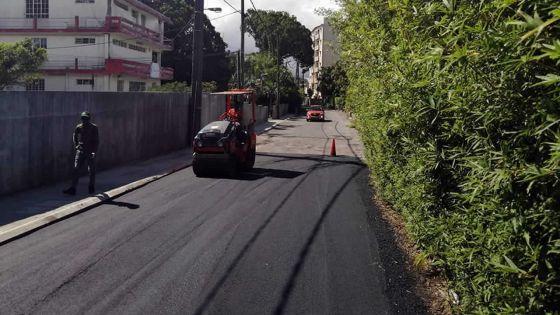 Rue St-Clément, Curepipe : l'asphaltage de la route et la construction de drains complétés
