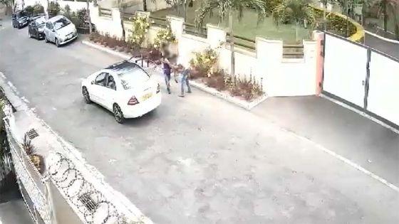 Deux hommes forcent une fille à entrer dans une voiture à Flic-en-Flac