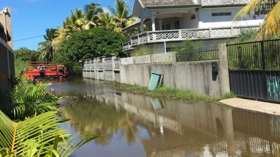 En raison de l'eau accumulée devant son bungalow à Péreybère : un membre de l'UNICEF bloqué dans sa villa depuis dix jours