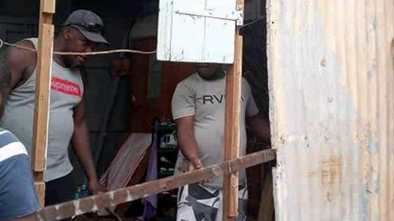 Marcelin et ses frères aident Joanita et sa famille à avoir un toit