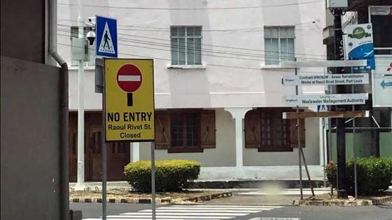 À la rue Raoul Rivet, Port-Louis : les travaux achevés, les panneaux de sens interdit toujours là